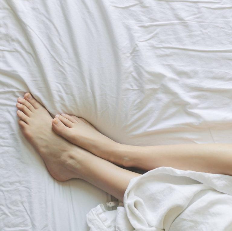 Lena fötter mot nya lakan