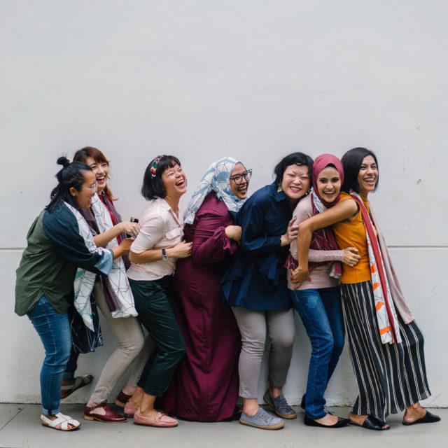 Glad kvinnor som skrattar och mår bra